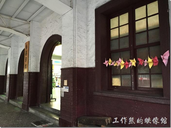 台南火車站。前廊進入大廳的地方有三個拱門,牆上還保留有方形的木製窗戶。