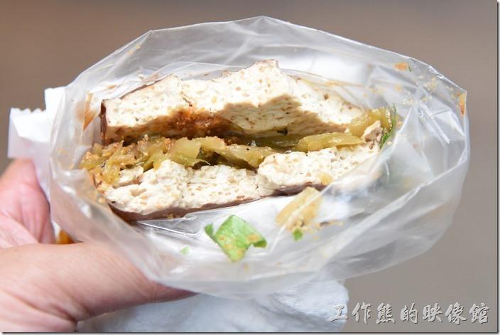 南投-青青草原午餐。這雲南夾心豆干好好吃,尤其是中間夾著酸菜及花生粉,非常的對味。