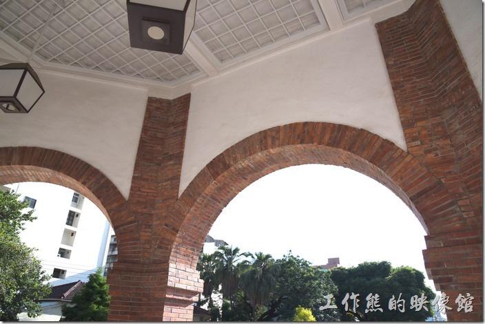 台南-知事官邸。這些拱門上的紅色燕仔磚可是有些來歷的,據傳這些燕仔磚來自福建,因為茲地堅硬色澤鮮潤,所以常出現於豪宅及廟宇的圓拱上。