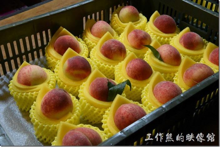 南投清境-隨便走走-博望新村。這水蜜桃依大小,算顆來賣。