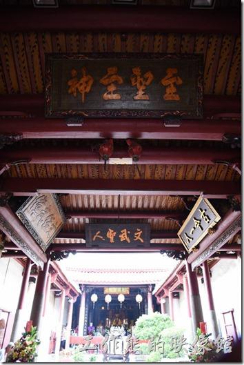 從廟門看祀典武廟正殿,屋頂上的匾額。