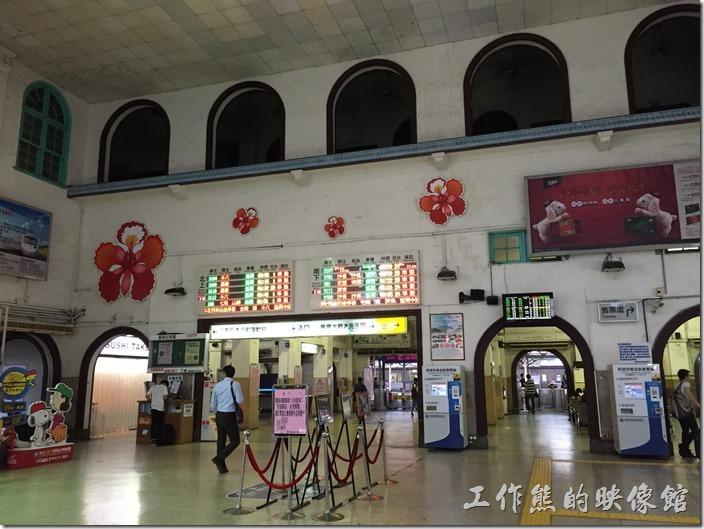台南火車站現在的大廳為磨石子的地板,從這裡可以道道二樓也是使用拱形的建築樣式。