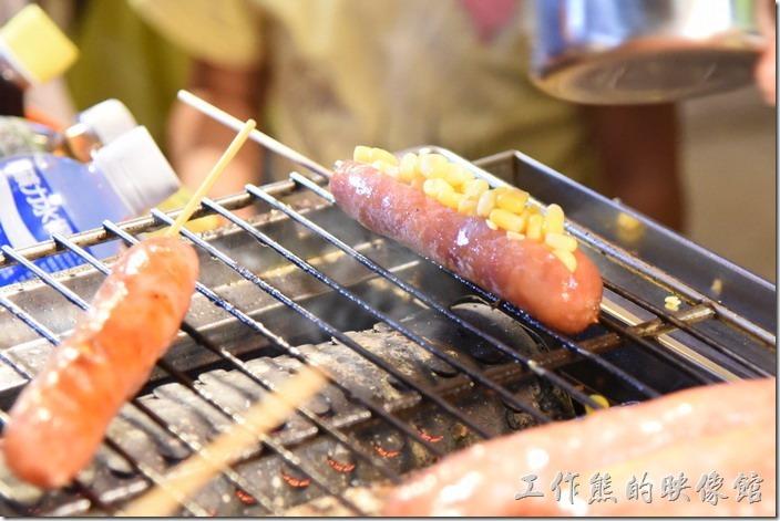 南投-青青草原午餐。除了原味烤香場外,還可以加味加料,簡直就跟熱狗差不多了。