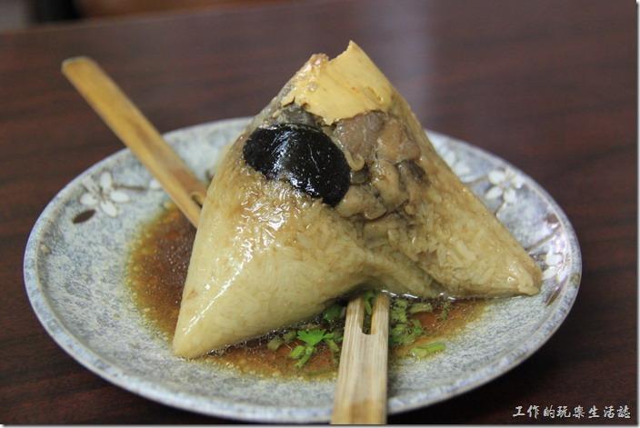 台南-再發號百年肉粽。這就是「八寶肉粽」,一個NT100。從肉粽的外頭就可以看到香菇、瘦肉以及蛋黃,不過沒有我喜歡的花生。另外這家肉粽店還有一個特色,就是用大「竹叉」而不是筷子吃肉粽,感覺上這竹叉果然比筷子好用,因為糯米具有黏性,所以切下來後可以很容易用竹叉子叉起來食用,而不怕掉落。這竹叉就跟筷子一樣,會回收重複使用,所以可別給人家帶走了。