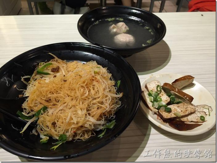 台北內湖-松哥擔仔麵。把乾米粉上面的肉燥伴均勻了,可以吃辣的朋友加些辣椒醬,真的是人間美味。