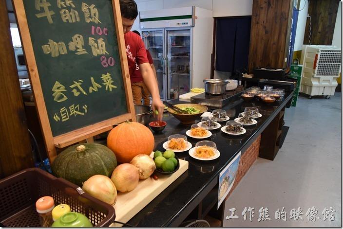 南投-胡國雄古早麵。這裡的小菜並沒有在餐單內,可以自取付錢。