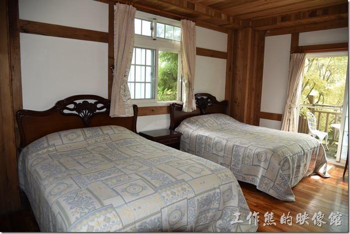 南投清境-珂之幄山莊。這是我們這次入住四人房的房間,面向馬路的房間,有兩張大床,環境不錯,外面還有個小陽台可以喝咖啡。