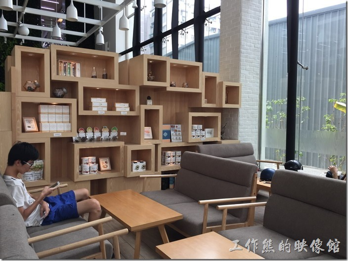 金礦咖啡高雄大昌店的店內用了一個時尚的木製屏風隔開兩邊,一邊屬於沙發區,一邊屬於休閒區。