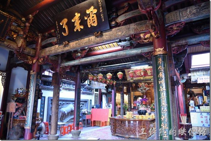 從「台灣府城隍廟」中央大門入口抬頭往上仰望,可見高懸的匾額,上題有碩大的「爾來了」三個字,原意為「爾來了發現天良」,意思是說你因為心裡有所虧欠,良心發現,終於前來求我了吧! 象徵著城隍爺無上的權威,也是台灣府城的三大名匾之一。