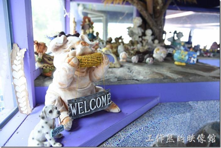 南投清境-瑪格麗特花園餐廳。小豬及小狗都叼著「WELCOME」坐在樓梯口。