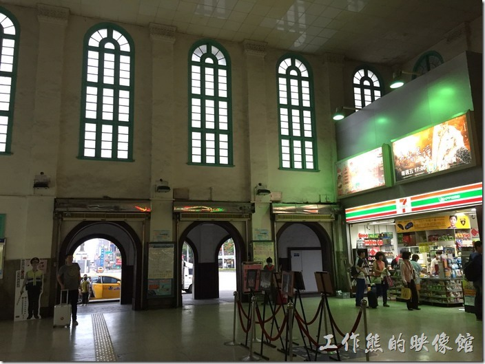 從台南車站的大廳往外看,可以看到類似教堂的大圓拱形窗戶,可以攘光線自由的灑落進大廳。