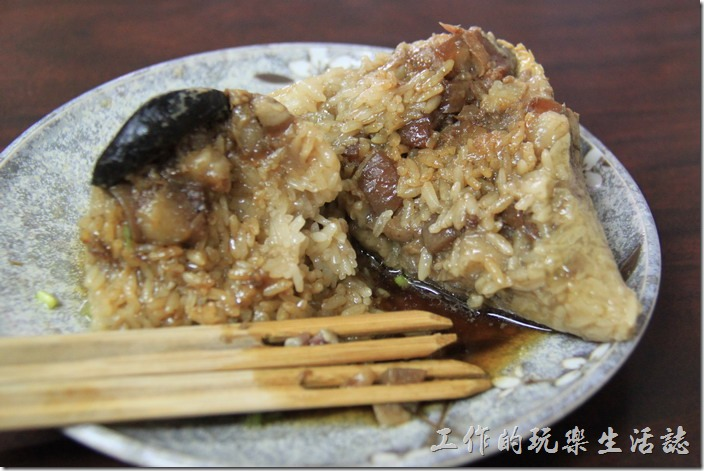 台南-再發號百年肉粽。把「八寶肉粽」切開後,裡頭可以看到到栗子,反而看不太到干貝、蝦米及扁魚酥,但還是吃得到那三樣的味道啦,所以有可能是太小或是混在長糯米之間不易察覺而已。這肉粽吃起來有種濃濃的南部粽口味,感覺很扎實,但稍微貴了點。