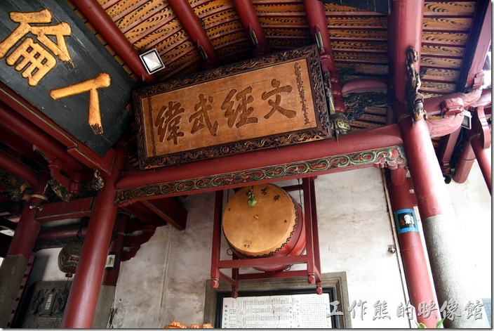 台南-武廟 (關聖帝君廟)。面向廟門外的右手邊放了一個鼓,也有晨鐘暮鼓的意思。