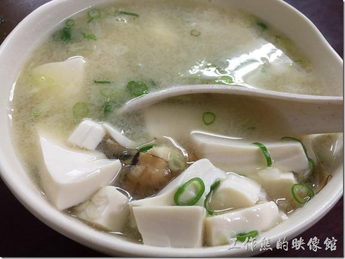 南港-炒牛肉店。旗魚味噌湯,NT50。這旗魚味噌湯好大一碗,有滿滿的豆腐與旗魚肉,還加了扁魚與青蔥,喝慣了日本人的味噌湯後,反而覺得這裡的味噌湯有點淡耶!慘了!該把味覺調回來了。