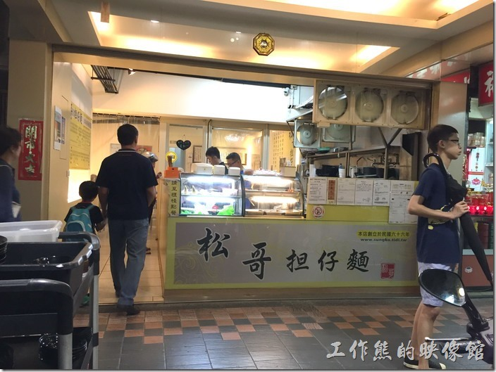 台北內湖-松哥擔仔麵的櫃台及廚房就放在門口,想吃什麼小菜也可以直接在透明櫥窗上觀看,然後填單。