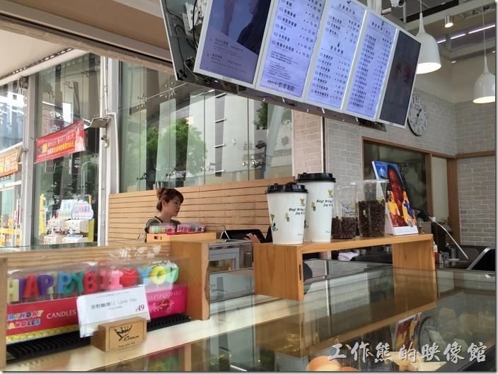 金礦咖啡高雄大昌店的櫃台設計成內用點餐及外帶都可以營業的兩面開放式空間。
