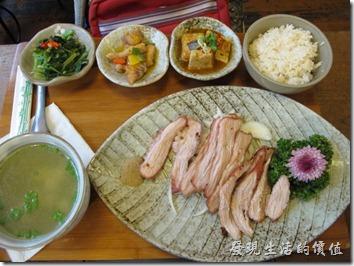 台南-奉茶。這是「「鹽燒松阪豬」套餐」,NT350。配菜還蠻豐富的,有歧視附湯一點也不馬虎,第一次吃的時候是吻仔魚腐湯湯,第二次來的時候是榨菜鯛魚湯,湯裡頭可以讓你吃到滿足的吻仔魚及鯛魚。