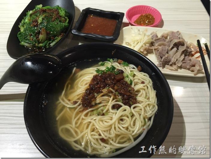 台北內湖-松哥擔仔麵。A套餐,NT140:擔仔湯麵、豬肝連、燙青菜。