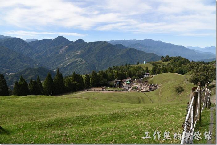 南投-青青草原。入園後可以眺望整片山坡及遠處的高山,心情也整開開朗了起來。