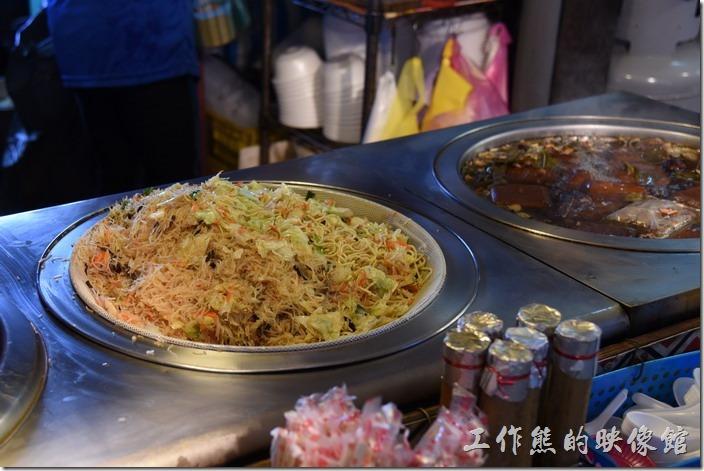 南投-青青草原午餐。炒麵及炒米粉。