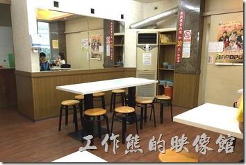 台南老曾羊肉的二樓有冷氣開放,必須由一旁的飲料店的樓梯上樓,工作熊覺得環境還不錯,還可以俯瞰台南護專,其實空間還蠻大的,因為連旁邊的飲料店樓上都一起用上了。