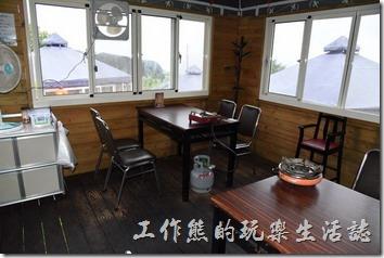南投清境-好雞婆土雞城。用餐小木屋內的環境。
