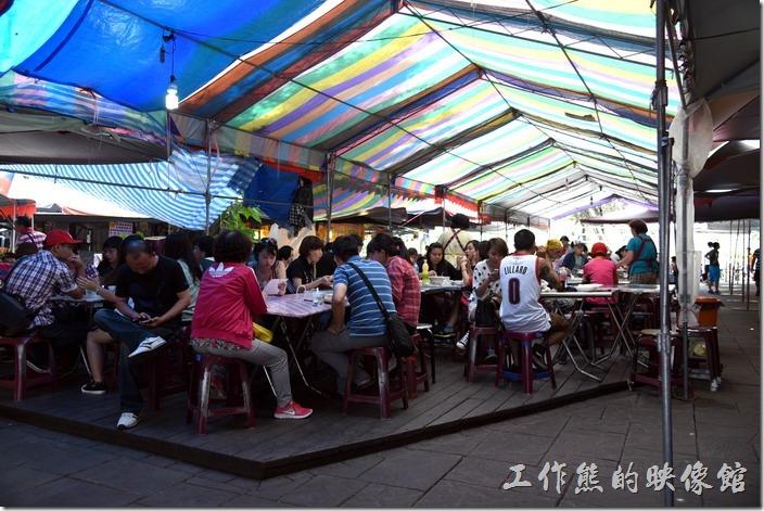 南投-青青草原午餐。繞道另外一面,可以發現更多的小吃攤,大家都聚集再遮雨棚搭起的簡易餐桌上用餐。