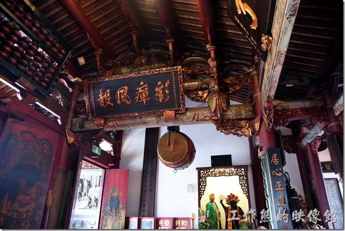 台南-台灣府城隍廟。廟宇的右邊設置大鼓。