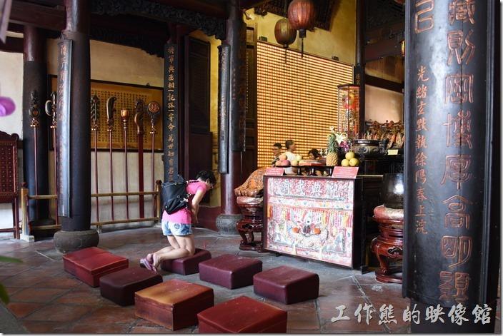 台南-武廟 (關聖帝君廟)。「祀典武廟」的神桌旁有木魚及托缽等法器。