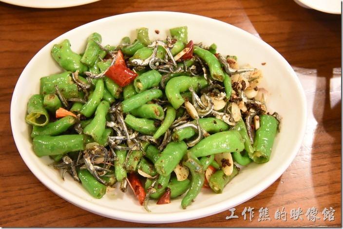南投清境-魯媽媽。糯米椒炒小魚干(小),NT150。一開始以為這糯米椒會辣,因為很像青椒,但吃了之後並不會辣,不過炒得似乎不夠道地好吃。