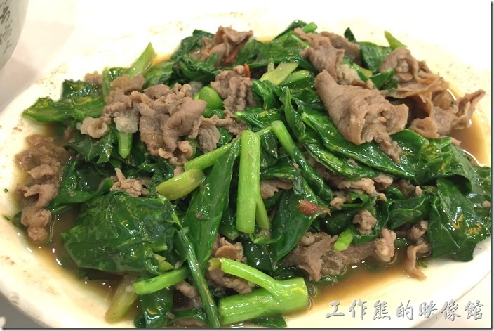 台南老曾羊肉的炒羊肉(小),NT100。用沙茶一起下去拌炒,羊肉鮮嫩不老,搭配「芥藍菜」及豬油下去大火快炒。