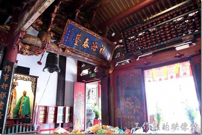 台南-台灣府城隍廟。一般坐北朝南的廟宇都有左鐘右鼓的設置,也就是所謂的「晨鐘暮鼓」。