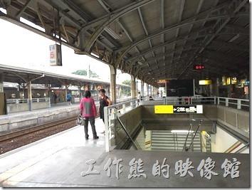 台南火車站目前啟用的月台有岸式 (第一月台)及島式月台(第二及第三月台)各一個。