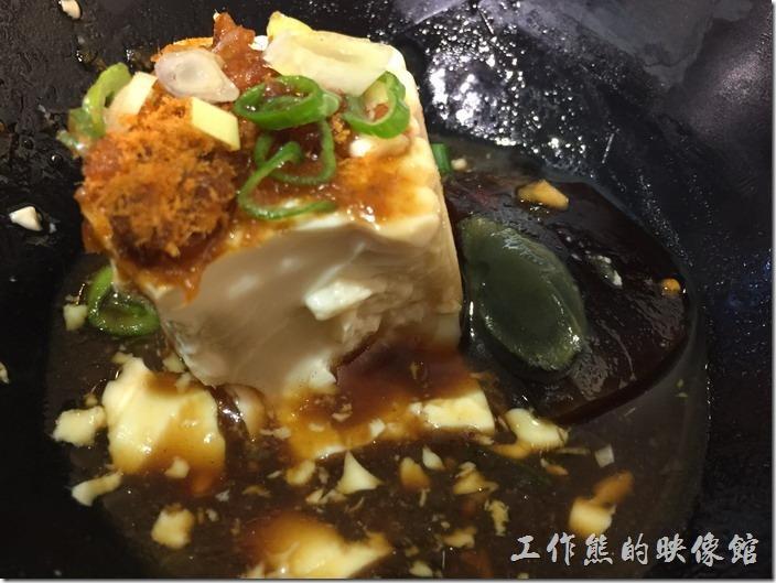 台北內湖-松哥擔仔麵。皮蛋豆腐,NT40。粉嫩的冰涼豆腐搭配皮蛋的濃烈味道在口齒間形成了強烈又互相融合的口感與味蕾享受。
