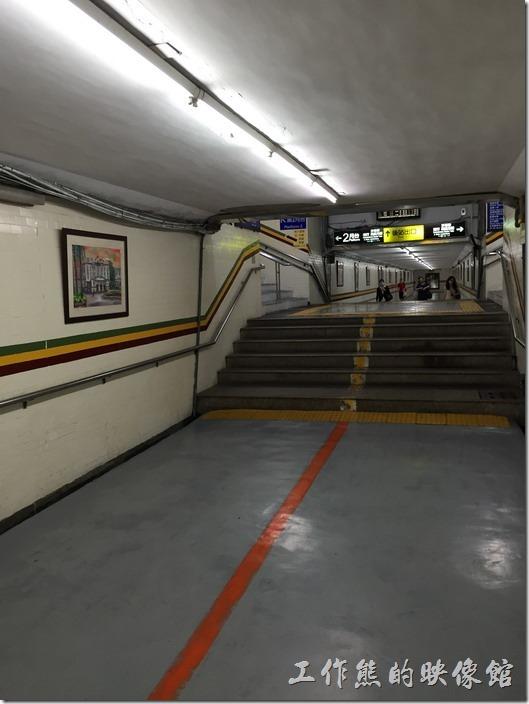 台南火車站的人行地下道。