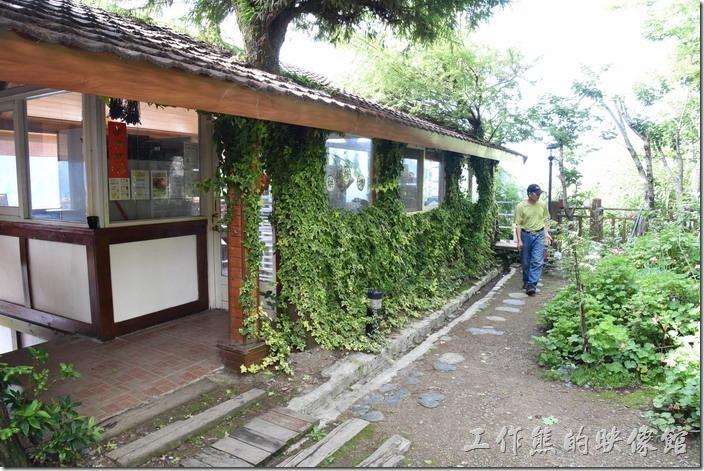 南投清境-珂之幄山莊。這裡是民宿的一樓,算是個小花園,民宿的男主人正在巡視其花園,這裡也是早餐用餐的餐廳。
