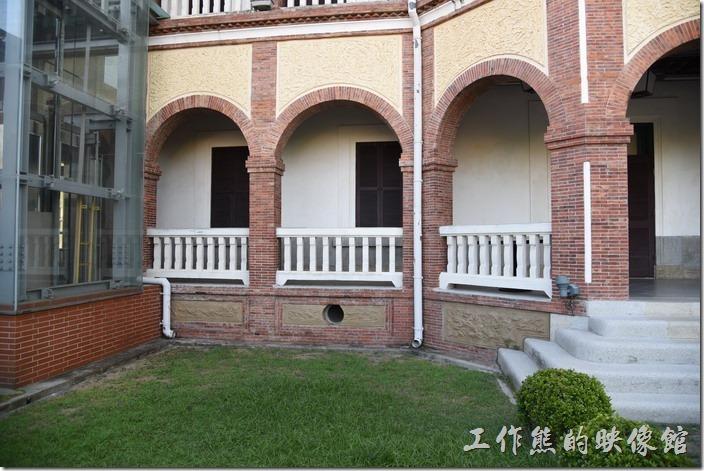 台南-知事官邸。注意看日本人的建築都會墊高地基,然後在基座的地方留通風口,台灣早期被稱為瘴癘之島,濕氣很重,所以建築物墊高地基以防濕氣是早期建築的特色。