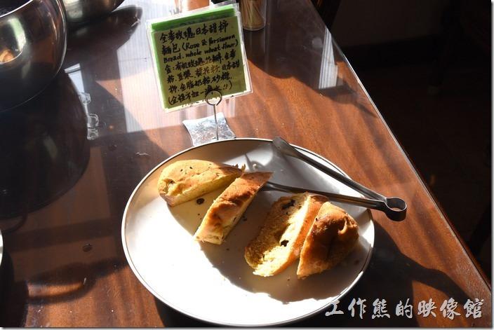 南投清境-珂之幄山莊。這個是民宿自己製作的手工麵包,只要一端出來,幾乎都是秒殺,因為民宿主人有介紹這是他們自己㧳的麵包。