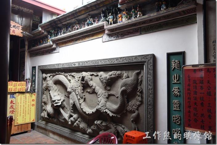 台南-台灣府城隍廟。入廟內的左面牆壁上有「龍」的雕像。幾乎所有的廟宇都有所謂的左進又出的規矩,這是因為民間習俗認為「左青龍、右白虎」,也就是當我們面向廟門外時,左手邊主龍,右手邊主虎,當然得從龍口進,然後出虎口,如果擃顛倒了,剛好就成了「羊入虎口」了。