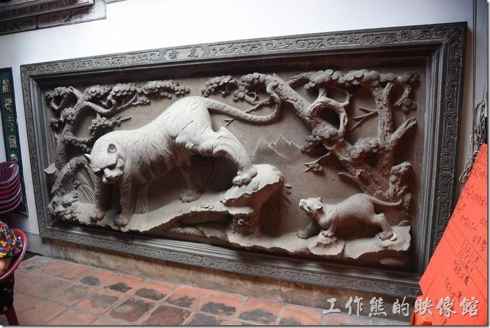 台南-台灣府城隍廟。入廟內的右面牆壁上有「老虎」的雕像。