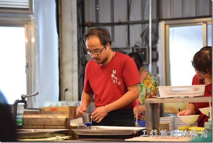 南投-胡國雄古早麵。老闆正在努裡的煮麵。