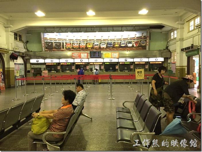 台南火車站。現在售票大廳的售票窗口上方的牆上已經改成扇形車庫的照片了,以前牆上應該式類似台北火車站那種行車資訊的數字翻頁機械告示板。