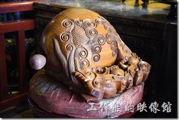 「祀典武廟」的神桌旁有木魚及托缽等法器。