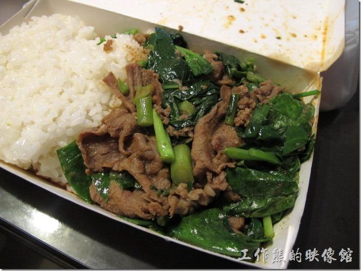 羊肉飯盒裡頭就是簡單的白飯以及介藍炒羊肉。 老曾羊肉的炒羊肉會用沙茶一起下去炒,羊肉鮮嫩不老,搭配「芥藍菜」及豬油下去大火快炒,以前工作熊不愛吃芥藍,因為會有苦澀味,但這裡芥藍羊肉居然不會苦,真的非常神奇,而且兩者還可以互相搭配的這麼美妙,有點鹹有帶點甜,再配上一碗白飯,連大熱天都可以胃口大開。