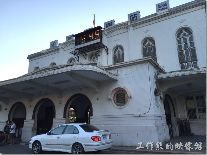 【臺南車站】早在日治初期1900年5月就已經建立啟用,當時採用英國古典式建築風格,不過20多年後就因為不符使用而重建,現今所看到的台南火車站的鋼筋混泥土樣貌為1936年3月重建後落成啟用至今的建築,採折衷主義建築,以實用性為主,融合古典與現代。