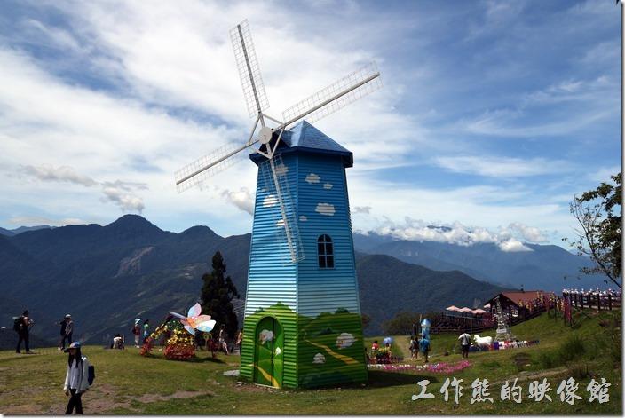 南投-青青草原。夏天的清境有風車節,漆成藍天白雲的風車。