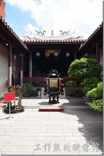 台南-武廟 (關聖帝君廟)。「祀典武廟」的天井上有一把關刀。