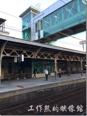 為了因應時代的需求,台南火車站也設置了月台間的通行電梯與天橋,供提大件行李或行動不方便的旅客使用,只是很多旅客還不知道使用。