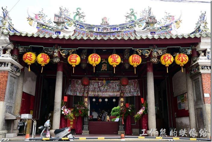 「祀典武廟」的廟門屋簷上有雙龍搶珠(火焰飾)的符號,這似乎也只有官廟才有的圖騰,因為台南的孔子廟也有;屋簷的角落也有「鯉魚翻躍」的圖樣,鯉魚口吐水波,捲捲外湧,除了美觀之外,還有噴水防火、保護平安之意。