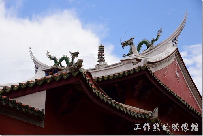「祀典武廟」的正殿屋簷上則是「雙龍拜塔」的圖騰。